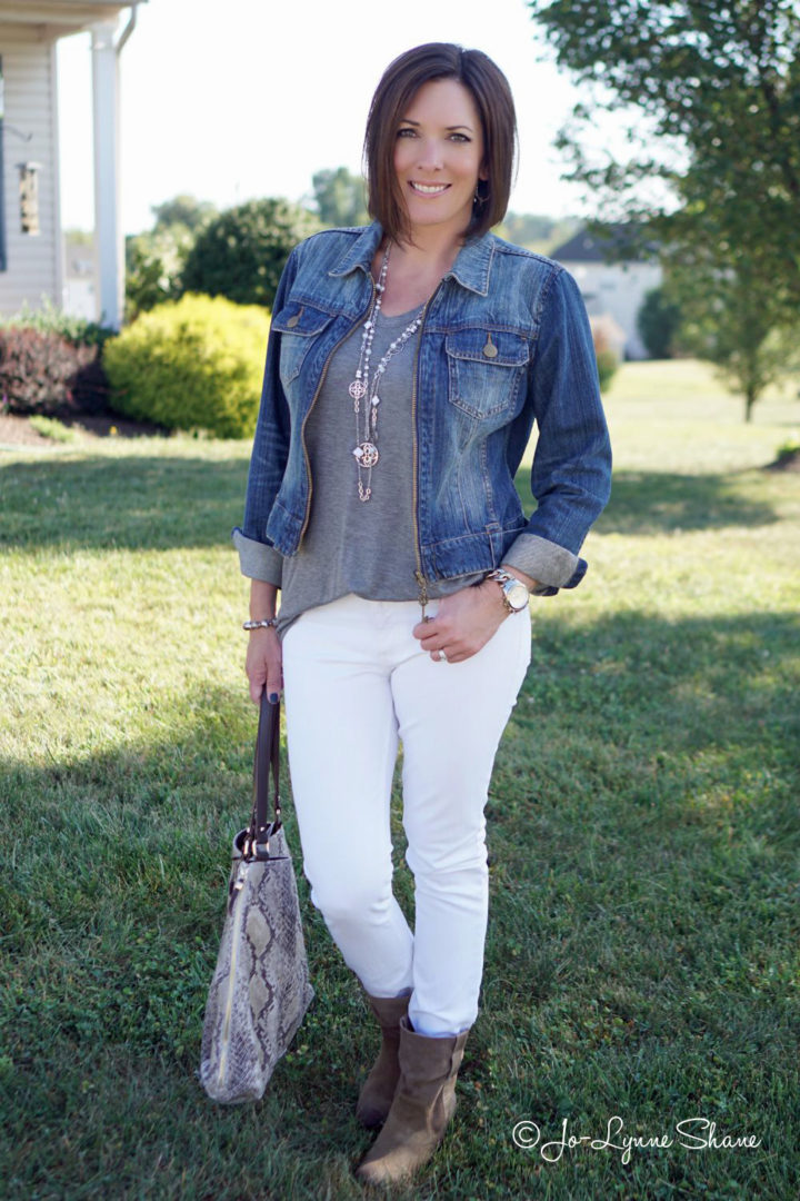 A stylish way to wear white jeans after Labor Day