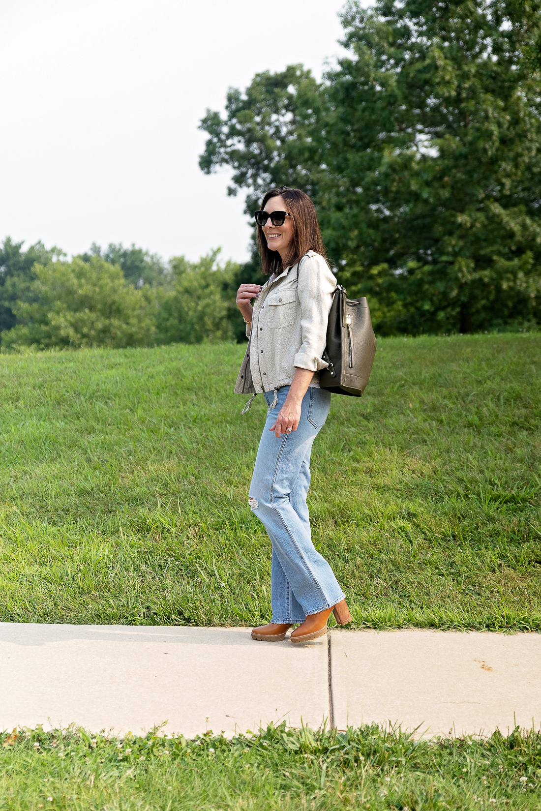 What to Wear with Light Wash Jeans: Light Neutrals